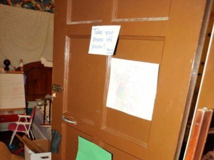 """【画像】これはヤバすぎ…。連続レ●プ犯が """"少女たちを10年間レ●プし続けた部屋"""" が公開される"""