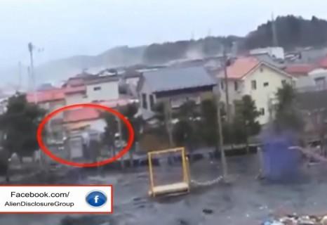 【動画】日本の津波の映像に謎の生物(幽霊?)が映り込んでいる事が判明、これは怖い
