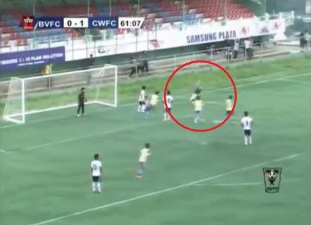 サッカーでゴールを決めた選手がバク宙 ⇒ 死亡の映像怖すぎ
