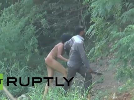 【動画】素っ裸の女が刃物を持った男に川から引きずり上げられてる・・・