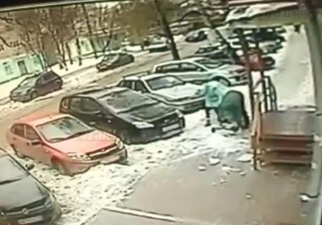 """""""雪の塊"""" が両親の目の前でベビーカーに乗った赤ちゃんに直撃、脳を損傷"""