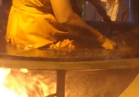 タイの僧侶が「沸騰したお湯」に入った時の動画が話題に