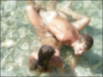 【画像】海外のビーチ、セ○クスしてるカップル多すぎだろ・・