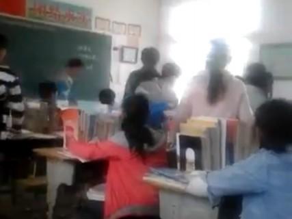 中国の学校教師怖すぎ。女子生徒がボコボコにされている光景