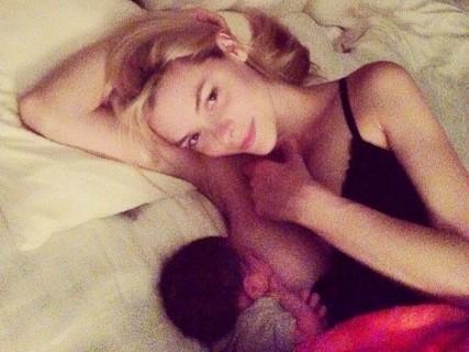 赤ちゃんに母乳あげてる所までSNSにアップしちゃう美女たち・・・