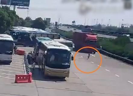 5歳の女の子、コンテナトラックによって圧死、映像が撮影される