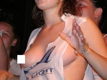 ブラジャーしないから乳首ポロリしまっくてる海外女性・・・