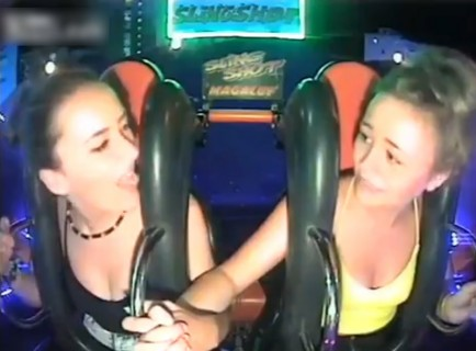 【動画】遊園地のアトラクションに乗った2人の女の子がエロいと話題に