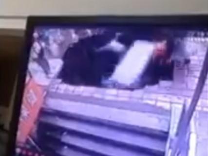【動画】中国怖い。4人の男女が突如崩壊した道路の下に落ちていく光景