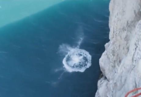 死亡 動画。時速120kmのスピードで水に叩き付けられた人間はこうなる・・・