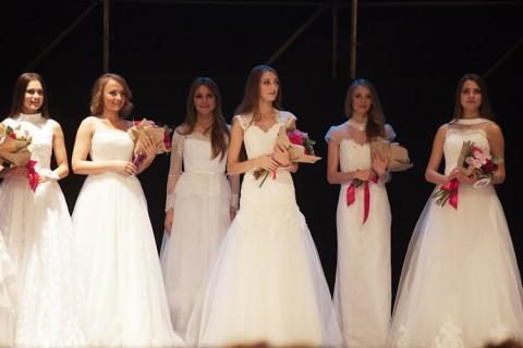 ロシアの小さな町で行われた美人コンテストのレベル・・・