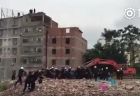 責任者がベンツに乗って現れた!⇒ 建物取り壊しに反対する中国 地元住民たちの怒りをご覧ください