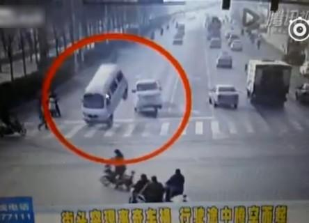 """何これ?走っている車が """"空中に浮く"""" という信じられない事故が発生。全世界で話題に"""