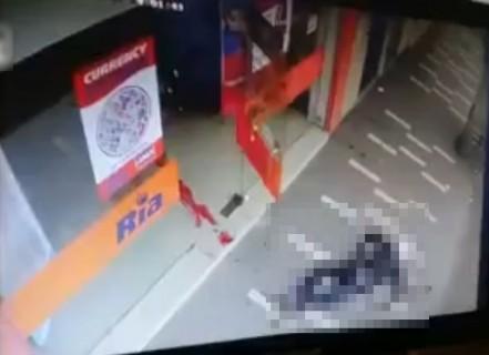 【動画】3人の強盗が店に入っていった ⇒ 2人が飛び出してきた後、もう1人が血まみれになって出てきた
