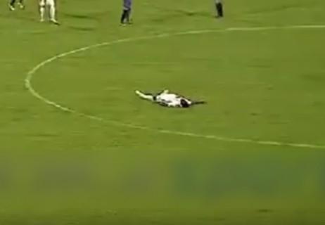 サッカーの試合中に選手が突然死亡、の動画がめっちゃ怖い