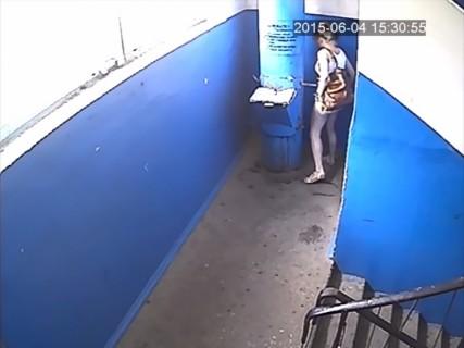 監視カメラに気付かず下着を脱いだ女性。これから何が起こるか