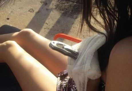 【閲覧注意】道に座り込んでいる若い女の子、よく見たら・・・(画像)