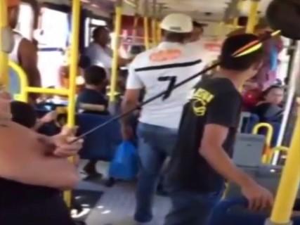 """バスに乗ってる女性の腕に """"ヤバいもの"""" が突き刺さってると話題の映像"""