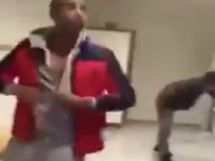 黒人と白人が学校のトイレでケンカした結果・・・(動画)