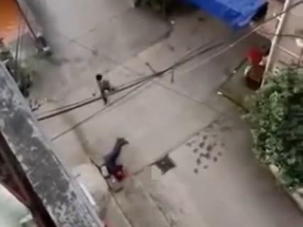【閲覧注意】外で悲鳴が聞こえる。アパートの窓から、下を撮影すると・・・(動画)