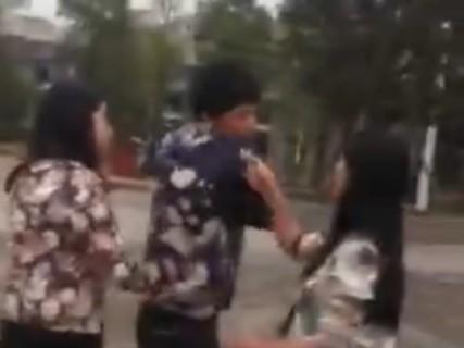 女の子2人にボコボコにされて抵抗も出来ないいじめられっ子男子って…(動画)