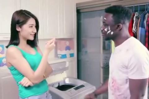 「黒人を洗ったらアジア人になる」中国の洗剤CM、批判が殺到