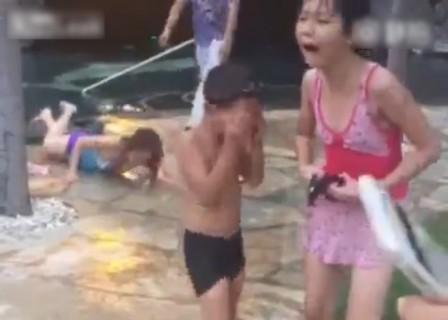 【動画】中国のプールが怖すぎる。女性の叫び声が聞こえたと思ったら・・・
