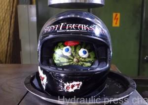 """ヘルメットに """"スイカ"""" 入れて液圧プレス機で潰したらグロい事になった"""