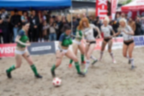 【画像】ユーロ2016の裏でポルノ女優たちの裸サッカー大会・・・