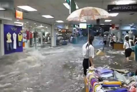 豪雨の後の信じられないショッピング・モールの様子をご覧ください…(動画)