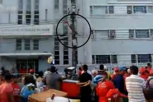 【閲覧注意】街中のデモ活動で調子に乗って電柱に上ったヤツの末路・・・