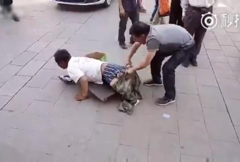 【動画】中国で足がない物乞いの服脱がした結果・・・