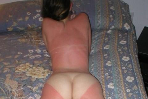 """海に遊びに行った後全裸になった女の子の """"日焼け跡"""" エロすぎだろ・・・(画像)"""