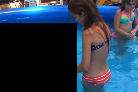 ペットと泳いでる幼女の動画がヤバすぎると話題に