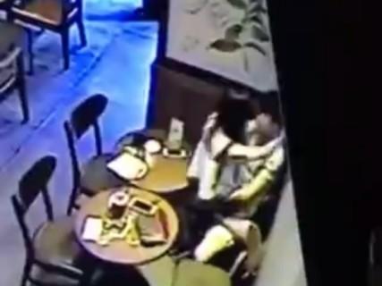 10代っぽい若いカップルがカフェでセ○クスしてる ⇒ 男がイクまでの様子が晒される
