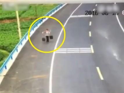 """【動画】畑に撒くための """"う●こ"""" を運んでいた女性に起こった悲劇・・・"""