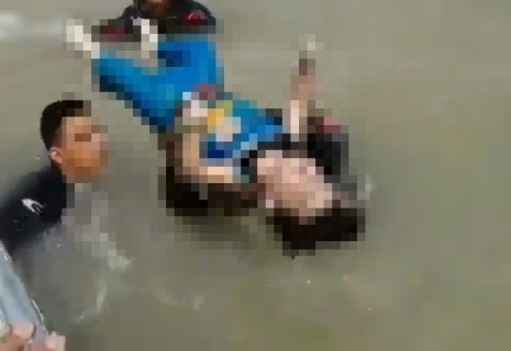 【閲覧注意】しつけでお父さんに川に投げ込まれた男の子、こうなる・・・