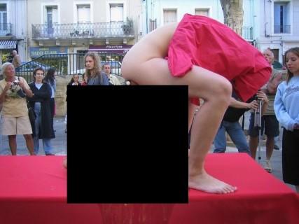 """""""自称"""" アーティスト女、街中でマ●コ丸出しで何かやり出す・・・(画像)"""