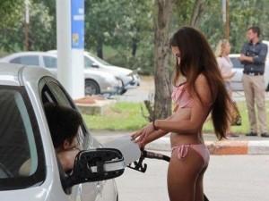 ロシアのガソリンスタンドに来る女の子たちがエロすぎると話題に!
