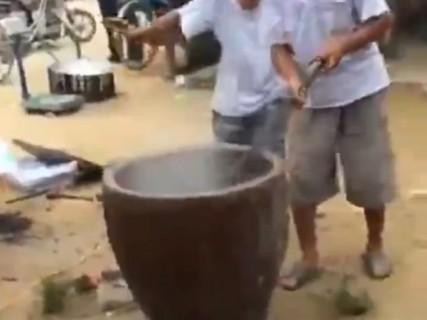 """【閲覧注意】中国の村で行われる """"パーティー"""" の準備が怖すぎる"""