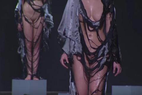乳首丸見えのモデルのファッションショーで、1人物凄い巨乳がいると話題に!