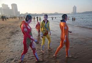 【画像】海水浴場に「凄い水着」着た女たちがいる・・・