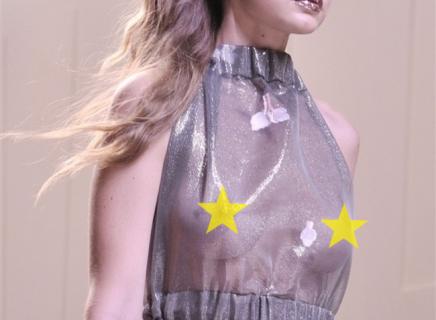 """スーパーモデルがファッションショーで """"乳首透ける服"""" を着た結果…(画像)"""