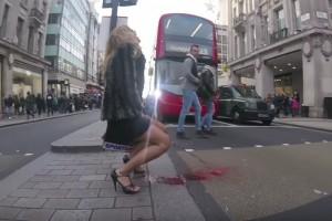 街中で「タンポン下さい!」「タンポン下さい!」と頼んでる女性の股から・・・(動画)