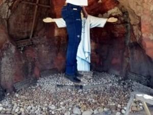 """【閲覧注意】女性、""""キリスト像"""" の前で絶対にやってはいけない事をする・・・(画像)"""