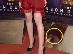 18歳の美人女優、イベントで下に鏡が置いてあるのに気づかず凄いパンチラを撮影される