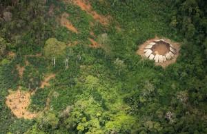 アマゾンのジャングルで文明と未接触の新たな原住民を発見