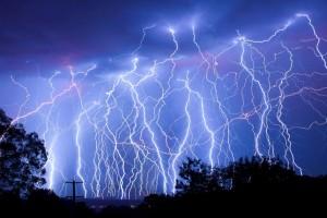 人間がガチで落雷に直撃する瞬間なんて初めて見た