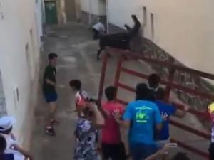 【動画】スペインの牛追い祭り、最悪の事態に・・・