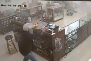 【動画】アメリカで銃のお店に強盗に入った男の末路・・・